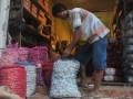 Pekerja mengangkut karung bawang di agen pemasok bawang kawasan Pasar 16 Ilir Palembang, Sumsel, Selasa (16/5). Harga bawang putih di Palembang masih cukup tingi yakni mencapai Rp 60.000 hingga Rp 80.000 per kg dikarenakan minimnya pasokan. (Antarasumsel.com/Feny Selly/Ag/17)