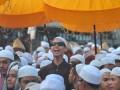Warga berswafoto di tengah arak-arakan Ziarah Kubra menuju makam Al Habib Ahad Bin Syech Shahab Gubah DUku 8 Ilir Palembang, Sumsel, Jumat (19/5). Tradisi Ziarah Kubra yang dilakukan jelang Ramadan ini dicanangkan Pemerintah Kota sebagai agenda wisata religi di Palembang. (Antarasumsel.com/Feny Selly/Ag/17)