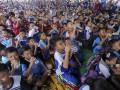 Ribuan siswa SD mengikuti pemecahan rekor muri gerakan minum air bersama di Lubuklinggau, Sumatera Selatan, Jumat (19/5). Gerakan ?Ayo Minum Air? bersama ini melibatkan 27.500 orang siswa SD dari 101 SD Negeri dan Swasta se Kota Lubuklinggau yang dilaksanakan oleh IHWG (Indonesian Hydration Working Group) Fakultas Kedokteran Universitas Indonesia bekerja sama dengan Pemerintah kota Lubuklinggau, IDI cabang Lubuklinggau, dan Danone AQUA. (Antarasumsel.com/Nova Wahyudi/dol/17)
