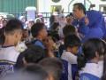 Walikota Lubuklinggau  Prana Putra Sohe (kedua kanan) bersama istri Yetti Oktarina (kanan) membacakan komik ''Amir'' (ayo minum air) dihadapan ribuan siswa SD seusai pemecahan rekor muri gerakan minum air bersama di Lubuklinggau, Sumatera Selatan, Jumat (19/5). Gerakan ?Ayo Minum Air? bersama ini melibatkan 27.500 orang siswa SD dari 101 SD Negeri dan Swasta se Kota Lubuklinggau yang dilaksanakan oleh IHWG (Indonesian Hydration Working Group) Fakultas Kedokteran Universitas Indonesia bekerja sama dengan Pemerintah kota Lubuklinggau, IDI cabang Lubuklinggau, dan Danone AQUA. (Antarasumsel.com/Nova Wahyudi/dol/17)