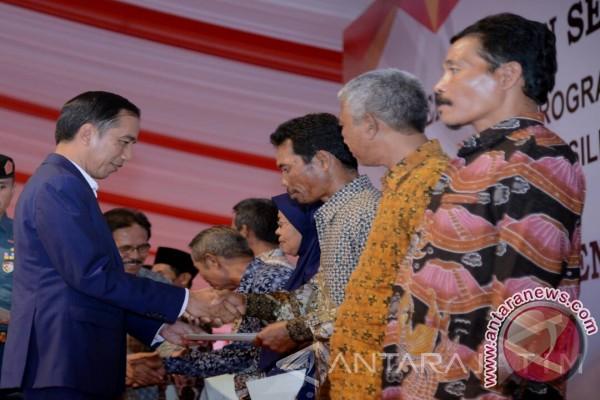 Pembagian sertifikat tanah berbonus sepeda ala Jokowi