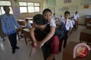 Siswa lumpuh pergi-pulang sekolah digendong ibu