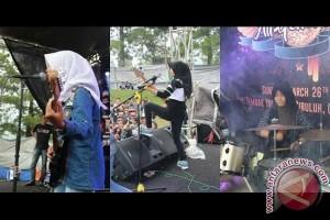 Band metal perempuan berkerudung tampil di Garut