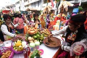 Ribuan peserta semarakkan festival rujak uleg Surabaya