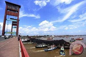 Kapal Tongkang Tabrak Jembatan Ampera