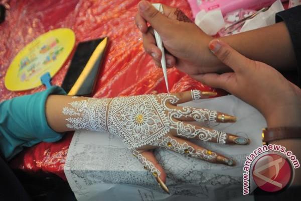 Seniman Henna berkompetisi ukir motif khas Palembang