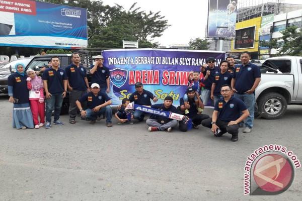 Arema Sriwijaya bagikan ta``jil kepada pengguna jalan
