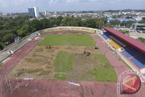 Perbaikan rumput Stadion Bumi Palembang cukup merepotkan