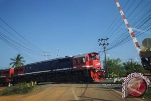 Palang pintu perlintasan kereta api dibiarkan rusak