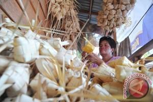 Perajin buat ribuan kulit ketupat untuk dipasarkan