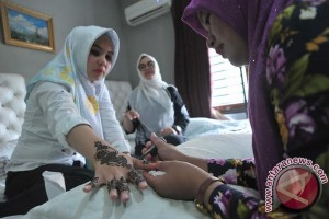 Jasa lukis Henna Idul Fitri banjir pesanan