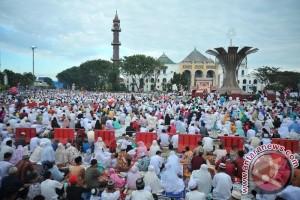 Sampah koran berserakan usai Shalat Idul Fitri