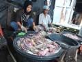 Pekerja membersihkan ikan yang akan diasinkan di kawasan 5 Ulu Palembang, Sumsel, Rabu (12/7). Perajin ikan asin di bantaran Sungai Musi itu mampu mengolah ratusan kilogram ikan asin untuk memenuhi kebutuhan pasar di Sumsel. (Antarasumsel.com/Feny Selly/Ag/17)
