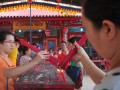 Warga keturunan Tionghoa melakukan ritual sembahyang pada peringatan Hari Kesempurnaan Dewi Kwam Im di Klenteng Chandra Nadi, Palembang, Sumsel, Rabu (12/7). Sejumlah warga keturunan Tionghoa mengikuti kegiatan untuk memohon berkat dan keselamatan itu di Klenteng tertua di Kota Palembang. (Antarasumsel.com/Feny Selly/Ag/17)