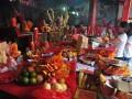 Sejumlah warga keturunan Tionghoa melakukan ritual sembahyang pada peringatan hari Kesempurnaan Dewi Kwam Im di Klenteng Chandra Nadi Palembang, Sumsel, Rabu (12/7). Sejumlah warga keturunan Tionghoa mengikuti kegiatan untuk memohon berkat dan keselamatan itu di Klenteng tertua di Kota Palembang. (Antarasumsel.com/Feny Selly/Ag/17)