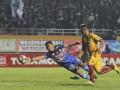 Penjaga gawang PS TNI Teguh Amiruddin (kiri) berebut bola dengan pesepak bola Sriwijaya FC Alberto Goncalves (kanan) dalam pertandingan Gojek Traveloka Liga 1 di Stadion Gelora Sriwijaya Jakabaring (GSJ), Jakabaring Sport City (JSC), Palembang, Sumatra Selatan, Jumat (14/7). Sriwijaya FC menang atas PS TNI dengan skor 2-1. (Antarasumsel.com/Nova Wahyudi/dol/17)