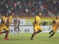 Pesepak bola Sriwijaya FC Airlangga Sucipto (kedua kanan) melakukan selebrasi seusai mencetak gol kegawang PS TNI dalam pertandingan Gojek Traveloka Liga 1 di Stadion Gelora Sriwijaya Jakabaring (GSJ), Jakabaring Sport City (JSC), Palembang, Sumatera Selatan, Jumat (14/7) malam. Sriwijaya FC menang atas PS TNI dengan skor 2-1. (Antarasumsel.com/Nova Wahyudi/dol/17)