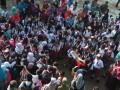 Siswa Sekolah Dasar dan wali murid pengantar mendengarkan instruksi guru pada hari pertama masuk sekolah di Sekolah Dasar 245 Palembang, Sumsel, Senin (17/7). Hampir seluruh sekolah di Kota Palembang memulai tahun ajaran baru 2017-2018 pada Senin (17/7). (Antarasumsel.com/Feny Selly/Ag/17)