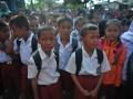 Siswa Sekolah Dasar mendengarkan instruksi guru pada hari pertama masuk sekolah di Sekolah Dasar 245 Palembang, Sumsel, Senin (17/7). Hampir seluruh sekolah di Kota Palembang memulai tahun ajaran baru 2017-2018 pada Senin (17/7). (Antarasumsel.com/Feny Selly/Ag/17)