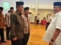 Gubernur Sumatera Selatan Alex Noerdin (kanan)  berbincang dengan Panitia Penyelenggara Ibadah Haji (PPIH) Embarkasih Palembang usai dilantik di Griya Agung Palembang, Sumsel, Senin (17/7). PPIH embarkasih Palembang ini akan mendampingi dan melayani 15,5 Kloter dengan jumlah 7.035 jemaah haji.(Antarasumsel.com/Feny Selly/Ag/17)