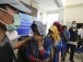 Petugas BNN Sumsel mengawal empat orang tersangka saat gelar kasus narkoba jenis sabu yang dibungkus dengan kemasan di BNN Provinsi Sumsel, Palembang, Sumatera Selatan, Senin (17/7). BNN Sumsel bersama jajaran Polda Sumsel dan Kantor Pengawasan Pelayanan Bea dan Cukai Tipe Madya Pabean B (KPPBC TMP-B) Palembang berhasil mengagalkan peredaran narkoba jenis sabu seberat 4 kg yang dibawa oleh dua orang Ibu Rumah Tangga (IRT) dari Medan dengan jalur darat.(Antarasumsel.com/Nova Wahyudi/dol/17)