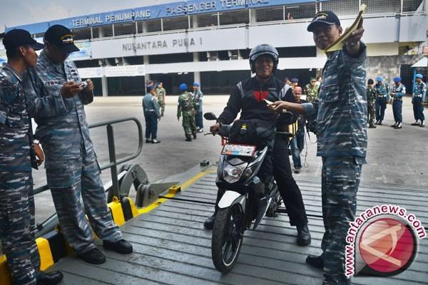 Pemudik bersepeda motor terjatuh saat naik kapal