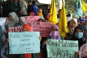 Mahasiswa Unila terus demo duduki rektorat