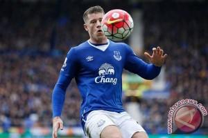 Gelandang Everton Barkley absen sebulan setelah operasi