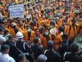 Ratusan mahasiswa melakukan aksi demo di Gedung Rektorat Universitas Sriwijaya Kampus Indralaya Kabupaten Ogan Ilir, Sumsel, Kamis (3/8). Aksi tersebut berkaitan dengan tuntutan pemangkasan Uang Kuliah Tunggal (UKT) mahasiswa semester 9 dan Bidikmisi yang dianggap memberatkan mahasiswa . (Antarasumsel.com/Feny Selly/Ag/17)