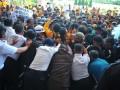 Pihak keamanan berupaya menghalau Ratusan mahasiswa  yang melakukan aksi demo di Gedung Rektorat Universitas Sriwijaya Kampus Indralaya Kabupaten Ogan Ilir, Sumsel, Kamis (3/8). Aksi tersebut berkaitan dengan tuntutan pemangkasan Uang Kuliah Tunggal (UKT) mahasiswa semester 9 dan Bidikmisi yang dianggap memberatkan mahasiswa . (Antarasumsel.com/Feny Selly/Ag/17)