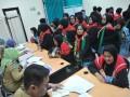 Sejumlah calon jemaah haji embarkasih Palembang mengantri cek kesehatan  di Asrama Haji Palembang, Kamis (3/8). Embarkasih Palembang baru memulai kegiatan pemberangkatan haji dan dijadwalkan memberangkatkan 19 kloter jemaah haji dari Sumsel dan Bangka Belitung. (Antarasumsel.com/Feny Selly/Ag/17)