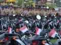 Sejumlah anggota Bhayangkara Pembina Keamanan dan Ketertiban Masyarakat (Bhabinkamtibmas) melintasi barisan motor operasional terbaru di halaman Mapolda Sumatera Selatan, Palembang, Selasa (8/8). Mabes Polri memberikan bantuan 235 motor operasional bagi anggota Bhabinkamtibmas di seluruh kabupaten Kota di Sumatera Selatan. (Antarasumsel.com/Feny Selly/Ag/17)