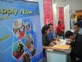 Sejumlah pencari kerja mengisi lamaran di salah satu stan perusahaan pada Job Fair atau bursa kerja di Palembang, Sumsel, Rabu (9/8). Dinas Tenaga Kerja Kota Palembang mencatat saat ini tingkat pengangguran di Kota Palembang mencapai 30 persen dari jumlah pencari kerja atau jumlahnya sekitar 3.000 orang dengan dominasi latar belakang pendidikan SMA. (Antarasumsel.com/Feny Selly/Ag/17)