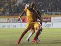 Pesepak bola Sriwijaya FC Hilton Moreira (depan) berebut bola dengan pesepak bola Semen Padang FC Hamdi Ramdhan (belakang) pada pertandingan Gojek Traveloka Liga 1 di Stadion Gelora Sriwijaya Jakabaring (GSJ), Jakabaring Sport City (JSC), Palembang, Sumatra Selatan, Jumat (11/8).Pertandingan berakhir imbang 0-0. (ANTARA Sumsel/Nova Wahyudi/dol/17)