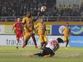 Pesepak bola Sriwijaya FC Hilton Moreira (kedua kiri) berebut bola dengan penjaga gawang Semen Padang FC Jandia Eka Putra (bawah) pada pertandingan Gojek Traveloka Liga 1 di Stadion Gelora Sriwijaya Jakabaring (GSJ), Jakabaring Sport City (JSC), Palembang, Sumatra Selatan, Jumat (11/8). Pertandingan berakhir imbang 0-0. (ANTARA Sumsel/Nova Wahyudi/dol/17)