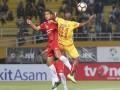 Pesepak bola Sriwijaya FC Yohanis Nabar (kanan) berebut bola dengan pesepak bola Semen Padang FC Hengki Ardiles (kiri) pada pertandingan Gojek Traveloka Liga 1 di Stadion Gelora Sriwijaya Jakabaring (GSJ), Jakabaring Sport City (JSC), Palembang, Sumatra Selatan, Jumat (11/8). Pertandingan berakhir imbang 0-0. (ANTARA Sumsel/Nova Wahyudi/dol/17)