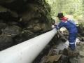 Seorang pekerja memeriksa pipa air yang mengalir ke turbin Pembangkit Listrik Tenaga Mikro Hidro (PLTMH) milik PT Pertamina (persero) Refinery Unit (RU) III Plaju di Desa Merbau, OKU Selatan, Sumatera Selatan, Sabtu (26/8). PT Pertamina (persero) Refinery Unit (RU) III Plaju meresmikan turbin Pembangkit Listrik Tenaga Mikro Hidro (PLTMH) yang menghasilkan daya 10kwh untuk menerangi 33 Kepala Keluarga (KK) yang merupakan program Corporate  Social Responsibility (CSR). (ANTARA Sumsel/Nova Wahyudi/dol/17)