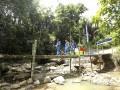 Sejumlah pekerja melintasi jembatan yang ada di daerah  Pembangkit Listrik Tenaga Mikro Hidro (PLTMH) milik PT Pertamina (persero) Refinery Unit (RU) III Plaju di Desa Merbau, OKU Selatan, Sumatera Selatan, Sabtu (26/8).PT Pertamina (persero) Refinery Unit (RU) III Plaju meresmikan turbin Pembangkit Listrik Tenaga Mikro Hidro (PLTMH) yang menghasilkan daya 10kwh untuk menerangi 33 Kepala Keluarga (KK) yang merupakan program Corporate  Social Responsibility (CSR). (ANTARA Sumsel/Nova Wahyudi/dol/17)