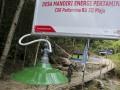 Warga melintasi jembatan di kawasan Pembangkit Listrik Tenaga Mikro Hidro (PLTMH) milik PT Pertamina (persero) Refinery Unit (RU) III Plaju di Desa Merbau, OKU Selatan, Sumatera Selatan, Sabtu (26/8). PT Pertamina (persero) Refinery Unit (RU) III Plaju meresmikan turbin Pembangkit Listrik Tenaga Mikro Hidro (PLTMH) yang menghasilkan daya 10kwh untuk menerangi 33 Kepala Keluarga (KK) yang merupakan program Corporate  Social Responsibility (CSR). (ANTARA Sumsel/Nova Wahyudi/dol/17)