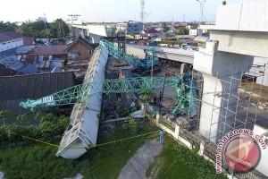 Ruko tertimpa crane tujuh korban luka ringan