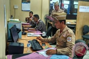 Petugas layanan SIM berpenampilan ala pejuang veteran