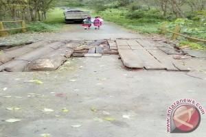 Jembatan penghubung Desa Panai Makmur rusak parah