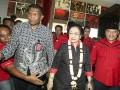 Ketua Umum DPP PDI Perjuangan Megawati Soekarnoputri (tengah) menghadiri Konsolidasi Organisasi Partai PDI Perjuangan Provinsi Sumatera Selatan di Palembang Sport and Convention Center (PSCC) Palembang, Sumatera Selatan, Rabu (13/9). Rapat Konsolidasi Internal tersebut membahas persiapan PDIP dalam pemenangan Pilkada Serentak di Sumsel tahun 2018.  (ANTARA Sumsel/Nova Wahyudi/dol/17)