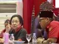 Ketua Umum DPP PDI Perjuangan Megawati Soekarnoputri (kiri) berbincang dengan Ketua DPD PDI Perjuangan Provinsi Sumsel Giri Ramanda N Kiemas (kanan) saat menghadiri Konsolidasi Organisasi Partai PDI Perjuangan Provinsi Sumatera Selatan di Palembang Sport and Convention Center (PSCC) Palembang, Sumatera Selatan, Rabu (13/9). Rapat Konsolidasi Internal tersebut membahas persiapan PDIP dalam pemenangan Pilkada Serentak di Sumsel tahun 2018. (ANTARA Sumsel/Nova Wahyudi/dol/17)
