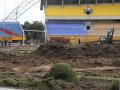Alat berat melakukan pengerukan rumput  Gelora Sriwijaya Jakabaring (GSJ) Palembang, Sumatera Selatan, Senin (18/9). Pengerukan rumput Stadion Gelora Sriwijaya Jakabaring (GSJ) yang dimulai sejak hari ini, Senin (18/9) tersebut ditargetkan selesai akhir 2017. (ANTARA Sumsel/Nova Wahyudi/dol/17)