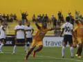 Pesepak bola Sriwijaya FC Marckho Sandy Merauje (tengah) meluapkan kegembiraannya seusai mencetak gol ke gawang Persela Lamongan pada pertandingan Gojek Traveloka Liga 1 di Stadion Madya Bumi Sriwijaya, Palembang, Sumatera Selatan, Selasa (26/9). Sriwijaya FC menang dengan skor 2-0. (ANTARA Sumsel/Nova Wahyudi/dol/17)