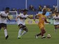 Pesepak bola Sriwijaya FC Hilton  Mauro Moreira (kedua kanan) berebut bola dengan pesepak bola Persela Lamongan Juan Revi (kedua kiri) dan Ahmad Birrul Walidan (kiri) pada pertandingan Gojek Traveloka Liga 1 di Stadion Madya Bumi Sriwijaya, Palembang, Sumatera Selatan, Selasa (26/9). Sriwijaya FC unggul 2-0 atas tamunya Persela Lamongan. (ANTARA Sumsel/Nova Wahyudi/dol/17)