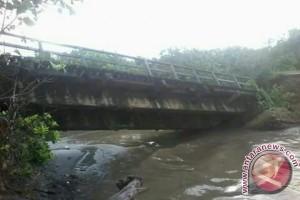 Jembatan Retak Ilir ambruk diterjang banjir
