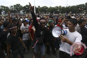 Warga protes ke Semen Indonesia lewat spanduk