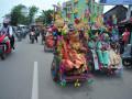 Pasangan peserta nikah massal mengikuti pawai menuju Rumah Dinas Walikota di Jalan Tasik, Palembang, Sumatera Selatan, Kamis (12/10). Sebanyak 35 pasangan pengantin mengikuti kegiatan nikah massal yang diselenggarakan Pemerintah Kota Palembang yang bertujuan untuk membantu kesulitan biaya pengurusan administrasi kelegalan pernikahan. (ANTARA Sumsel/Feny Selly/Ang/17)